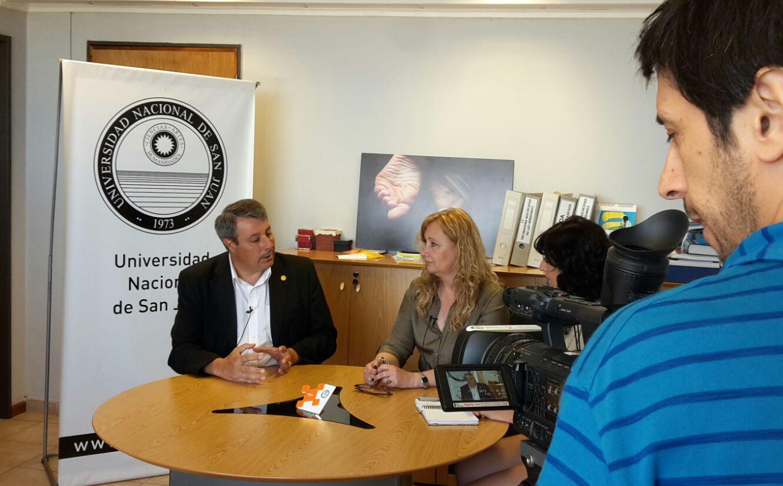 El rector Oscar Nasisi y la vicerrectora Mónica Coca en una entrevista para el programa Universidad & Sociedad, producido por CREACOM y Xama Señal Universitaria